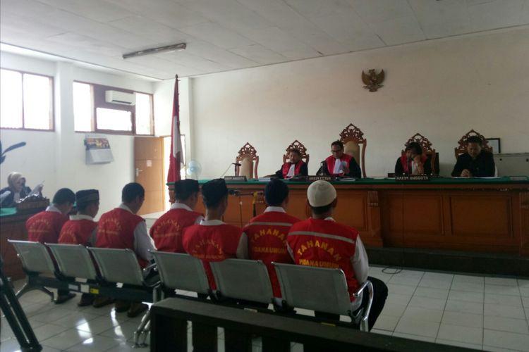 Tampak ke tujuh terdakwa pengeroyok Haringga Sirla tengah menjalani sidang perdananya di Pengadilan Negeri Bandung, Kota Bandung, Jawa Barat, Selasa (15/1/2019).