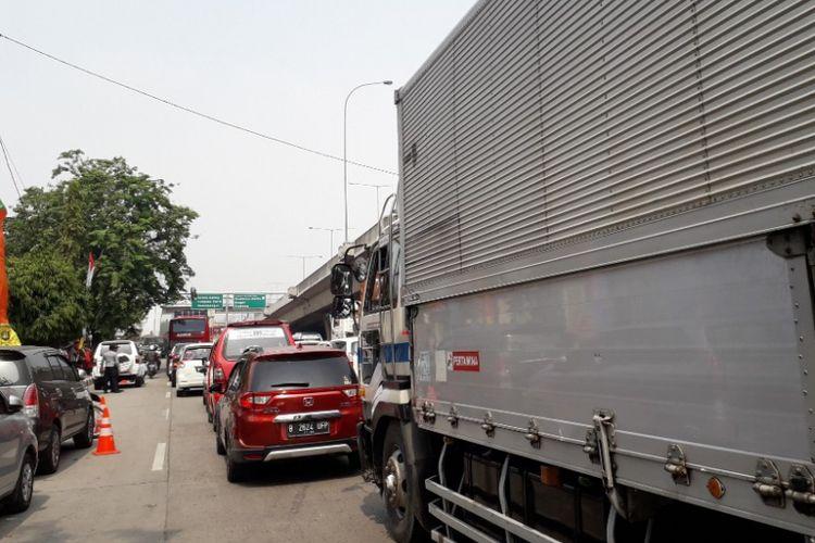 Kondisi kemacetan di Jalan Yos Sudarso, Jakarta Utara, jelang pintu tol Kebon Bawang, Kamis (12/7/2018).