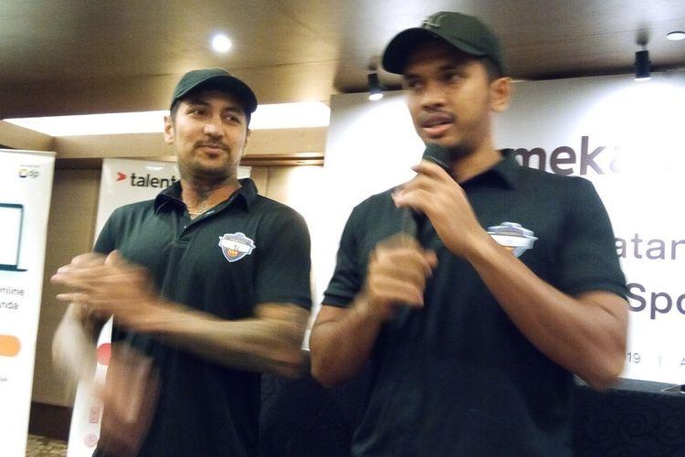 Dua pemain klub basket Amartha Hangtuah Kelly Purwanto (kiri dari arah pembaca) dan Stevan Wilfredo Neno (kanan dari arah pembaca), Senin (28/10/2019).  Klub Amartha Hangtuah mendapat tambahan sponsor yakni Mekari untuk menghadapi musim 2019-2020 IBL.
