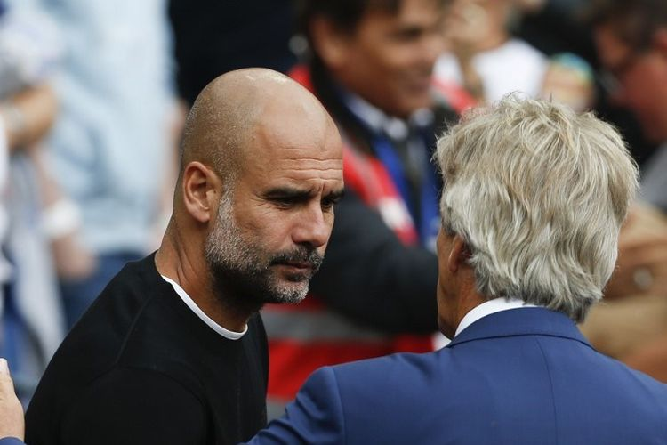 Pep Guardiola bersalaman dengan Manuel Pellegrini jelang laga West Ham United vs Manchester City di Stadion London, 10 Agustus 2019.