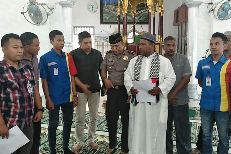 Suasana peminta sumbangan yang mengamuk terekam video membaca pernyataan minta maaf di Masjid Al Khalifah Ibrahim, Matangkuli, Aceh Utara, Minggu (12/5/2019)