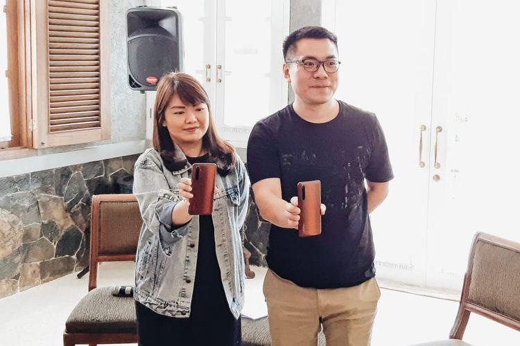 PR Manager Realme Indonesia, Krisva Angnieszca (kiri) dan Marketing Director Realme Indonesia, Palson Yi (kanan)