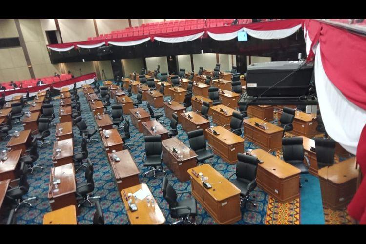 Suasana ruang rapat paripurna DPRD DKI Jakarta. Anggota DPRD DKI Jakarta melakukan aksi walk out saat anggota Fraksi PSI akan membacakan pandangan umum fraksi terhadap Rancangan Perda tentang Perubahan Atas Perda Nomor 1 Tahun 2014 tentang RDTR dan Peraturan Zonasi, Senin (14/12/2020)