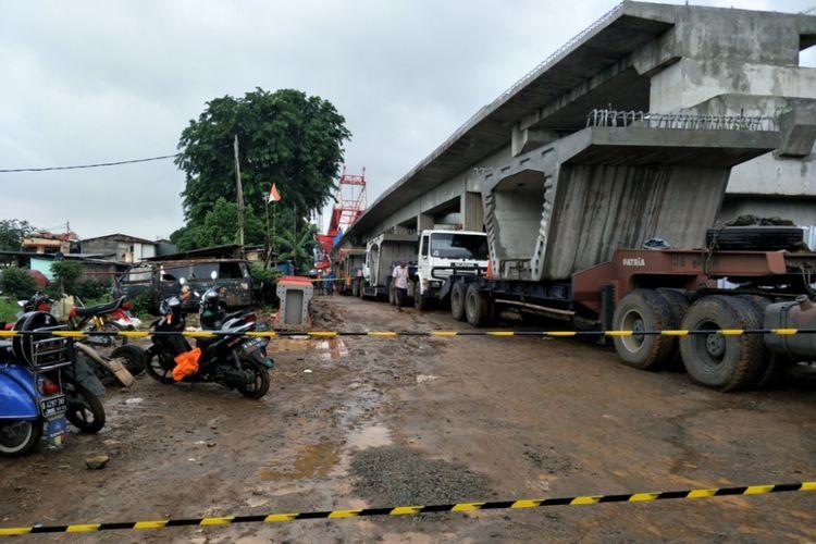 Garis polisi terpasang di jalan masuk menuju kawasan proyek jalur kereta double double track (DDT) di Matraman, Jakarta Timur, Minggu (4/2/2018).