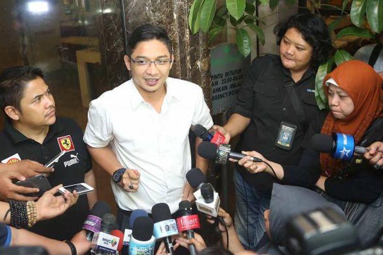 Pasha Ungu (berkemeja putih) diwawancara di Rumah Sakit Pondok Indah, Jakarta Selatan, Senin (7/12/2015).