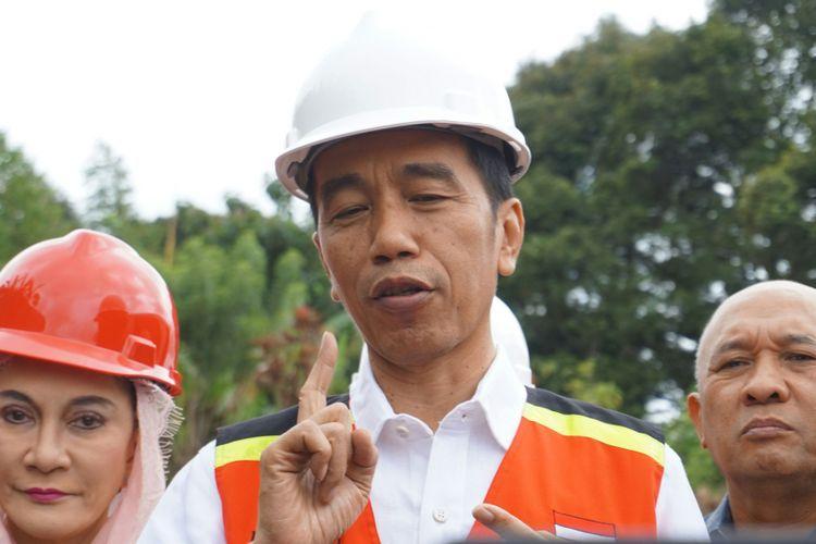 Presiden Joko Widodo saat acara Groundbreaking proyek Pembangunan Jalur Ganda Kereta Api Bogor-Sukabumi di Cicurug, Sukabumi, Jawa Barat, Jumat (15/12/2017).