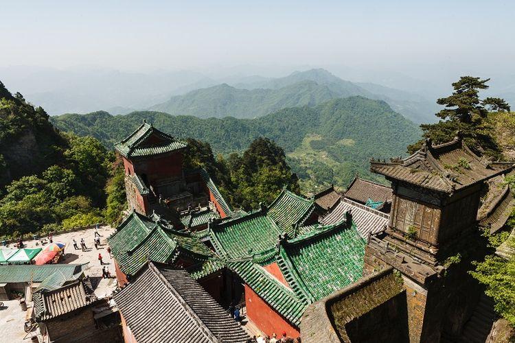 Ilustrasi China - Salah satu kompleks bangunan kuno di Gunung Wudang, Provinsi Hubei, China.