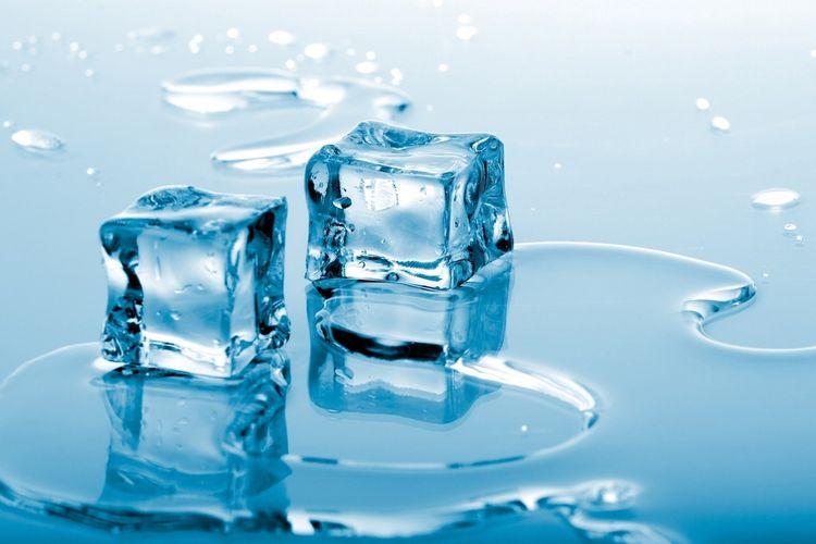 Salah satu contoh entalpi dan entropi adalah ketika es mencair.