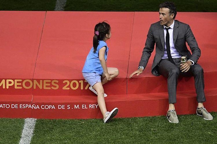 Luis Enrique bercengkerama dengan putrinya seusai Barcelona menobatkan diri sebagai kampiun Copa del Rey musim 2016-2017 dengan mengalahkan Alaves di Vicente Calderon, Sabtu (27/5/2017).