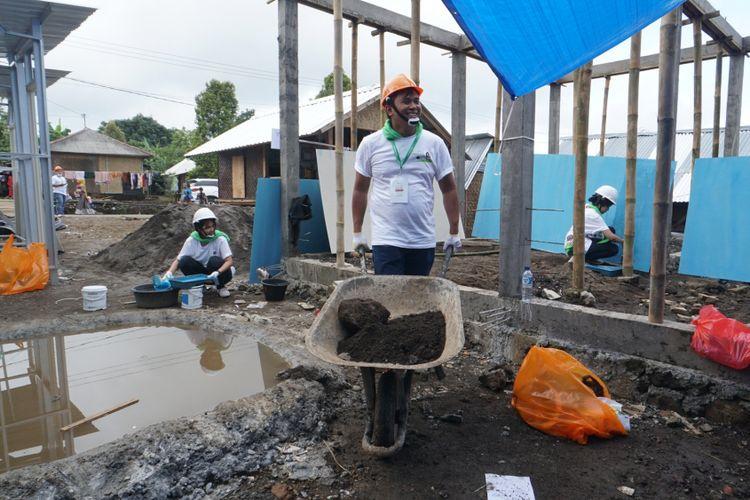 Karyawan Starbucks Indonesia tengah membangun sanitasi