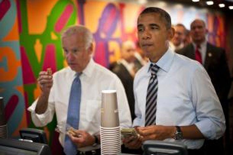 Presiden Amerika Barack Obama (kanan) dan wakilnya, Joe Biden, berjalan kaki dari Gedung Putih ke warung sandwich yang memberi diskon 10 persen selama