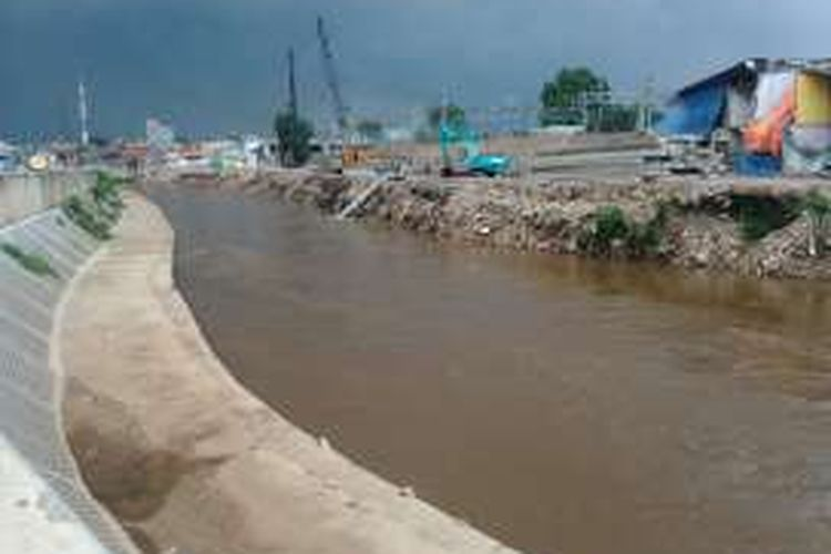 Proyek normalisasi Sungai Ciliwung di kawasan Bukit Duri, Tebet, Jakarta Selatan, sepanjang hampir 2 kilometer terus dikerjakan. Proyek dari Jembatan Abdulah Syafei sampai Jembatan Bukit Duri itu, sekitar 65 persennya sudah dikerjakan. Kamis (27/10/2016)