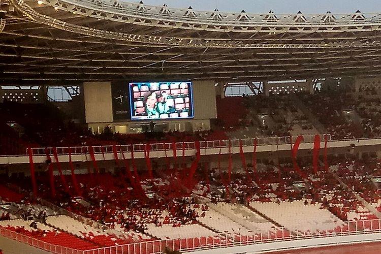 Layar televisi raksasa tampak di salah satu sudut Stadion Utama Gelora Bung Karno, jelang laga timnas Indonesia vs Islandia, Minggu (14/1/2018).