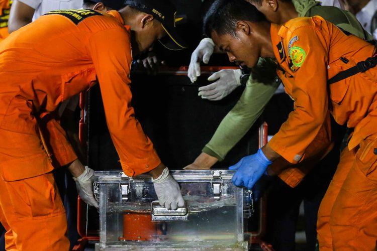Menteri Perhubungan Budi Karya Sumadi dan Ketua KNKT Soerjanto Tjahjono saat memberikan keterangan pers penemuan Black box Lion Air JT 610 di Tanjung priuk JICT 2, Jakarta Utara, Kamis (1/11/2018). Black box ditemukan di lokasi berjarak 400 meter dari lokasi terakhir hilangnya Lion Air JT 610 dengan kedalaman 30 meter.