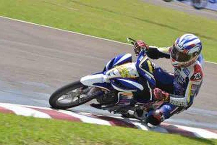 Rey Ratukore (Yamaha Tunggal Jaya) memacu Jupiter Z1 di free practice kelas IP 1(125 cc) seri pertama Indoprix 2014, sirkuit Sentul Karting International, Sabtu (26/4/2014).