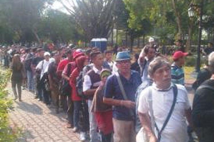 Ratusan warga menunggu giliran masuk Istana Merdeka, Senin (20/10/2014).