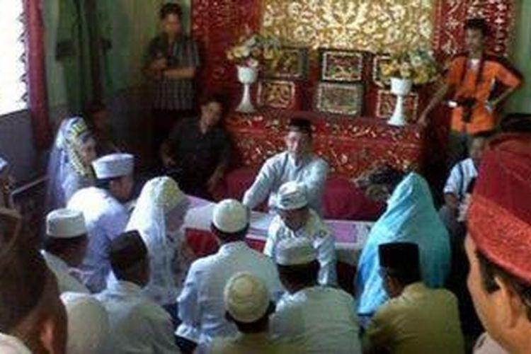 Tiga pasang pengantin sedang menjalani prosesi ijab qabul di kantor KUA Banjarmasin Timur, Jumat (11/11/2011). Hari ini ada 50-an pasang pengantin di kecamatan setempat yang memanfaatkan momen 11-11-11.
