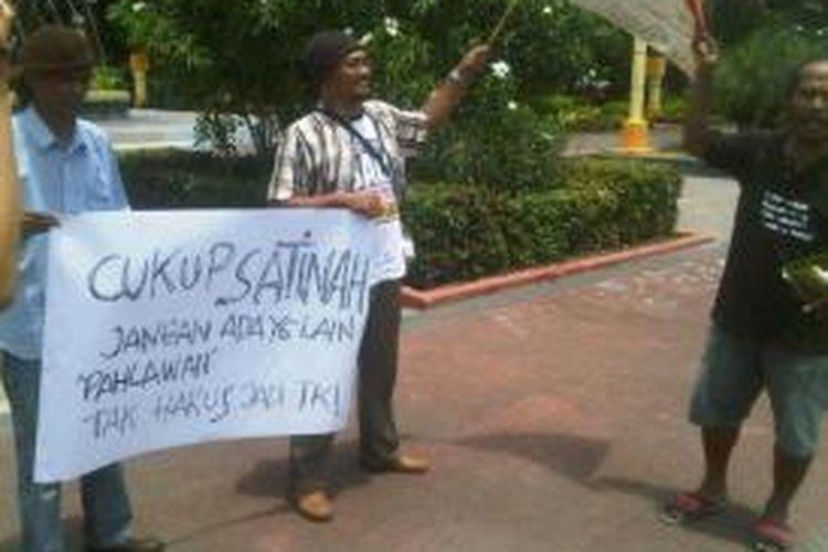 Aksi seniman Surabaya untuk dukungan moral Satinah.