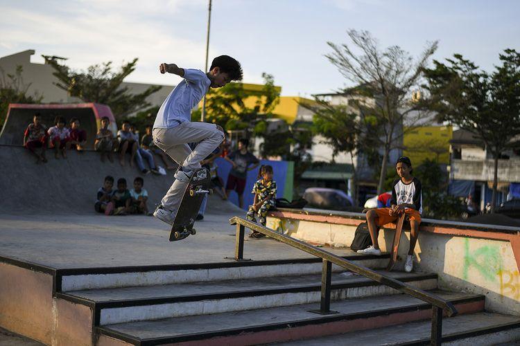 Seorang warga bermain skateboard di ruang terbuka hijau (RTH) Kalijodo, Jakarta, Selasa (7/7/2020). RTH Kalijodo menjadi lokasi yang ramai dikunjungi warga setelah Pemprov DKI membuka kembali sejumlah RTH di Jakarta yang sebelumnya ditutup sementara akibat Covid-19.