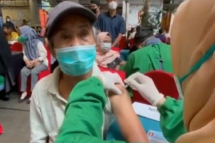 Muhammad Safaruddin (64) menjadi viral di media sosial lantaran kebingungan saat ikut vaksinasi massal covid-19 di Makassar, Sulawesi Selatan dengan menempuh 15 kilo meter dengan mengayuh sepeda. Rabu, (28/7/2021).