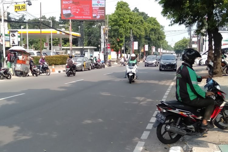 Pengendara Ojek Online di Kawasan jalan Kemang Raya, Jakarta Selatan, Rabu (12/6/2019)