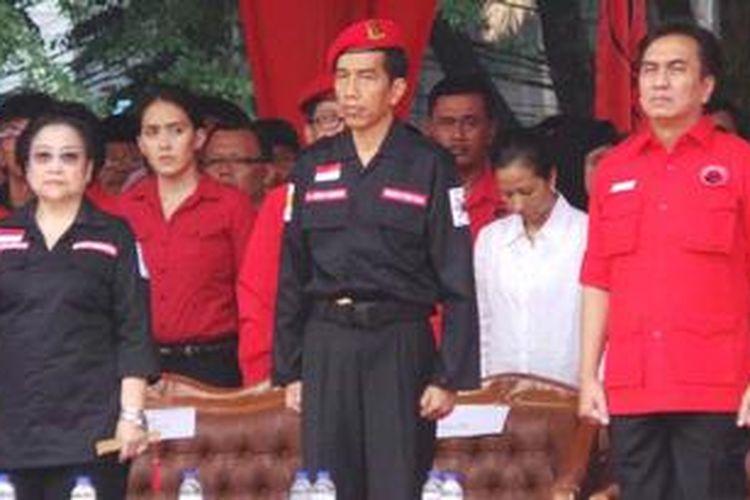 Ketua Umum PDI Perjuangan Megawati Soekarnoputri bersama Gubernur DKI jakarta Joko Widodo serta Effendi Simbolon dalam acara peringatan Hari Lahir Pancasila, di Tugu Proklamasi, Jakarta, Sabtu (1/6/2013).