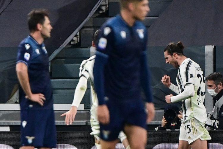 Gelandang Juventus asal Prancis Adrien Rabiot (kanan) melakukan selebrasi setelah mencetak gol dalam pertandingan sepak bola Serie A Italia antara Juventus dan Lazio di Stadion Juventus di Turin, Italia utara pada 6 Maret 2021.