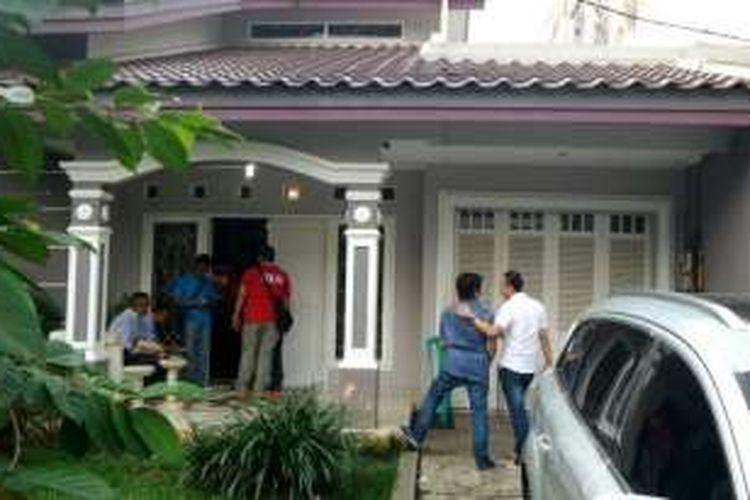 Hingga pukul 18.00 WIB polisi masih berada di dalam kediaman Gatot Brajamusti di Niaga Hijau, Pondok Pinang, Jakarta Selatan, Kamis (1/9/2016).