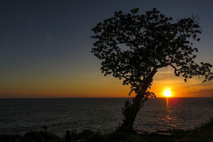 Keindahan Matahari Terbenam di Tanjung Kesirat, Gunungkidul, Yogyakarta.