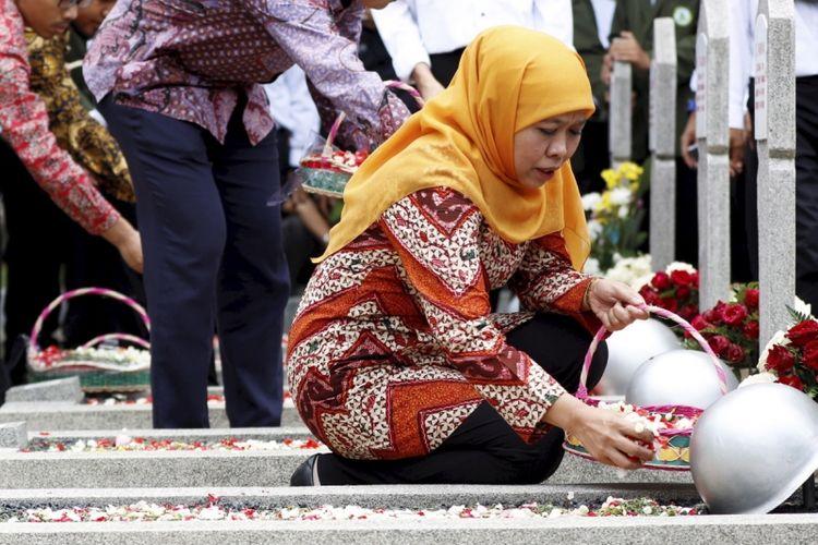 Menteri Sosial Republik Indonesia, Khofifah Indar Parawansa melakukan doa bersama dengan siswa STKQ Al Hikam Depok di Taman Makam Pahlawan Kalibata, Jakarta Selatan, Senin (2/10/2017). Kegiatan ini untuk memeringati Hari Kesaktian Pancasila.