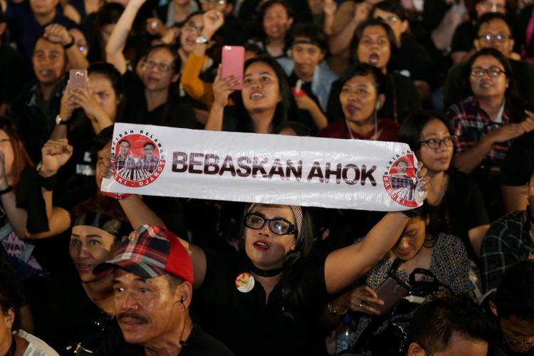Massa pendukung Basuki Tjahaja Purnama (Ahok) menggelar acara Malam Solidaritas Matinya Keadilan di Tugu Proklamasi, Jakarta, Rabu (10/5/2017). Mereka menggelar doa bersama serta menyalakan lilin untuk menuntut keadilan mengenai kasus penodaan agama yang menimpa Gubernur DKI Jakarta non-aktif Basuki Tjahaja Purnama. KOMPAS IMAGES/KRISTIANTO PURNOMO