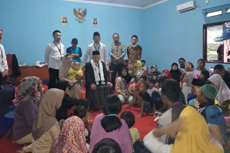 Calon wakil presiden nomor urut 01 Maruf Amin memberikan pesan-pesan kepada korban selamat tsunami Selat Sunda yang sedang mengungsi di Kantor Kelurahan Sukasari, Selasa (25/12/2018).