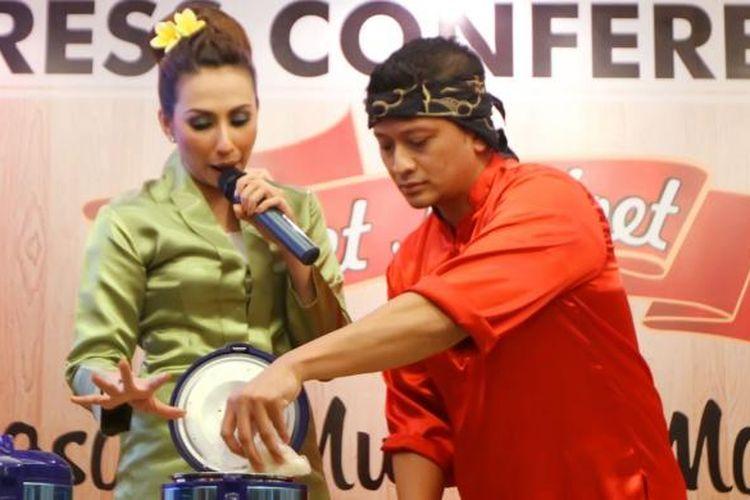 Artis peran dan pembawa acara Deswita Maharani (kiri) bersama suaminya yang juga rekan seprofesinya, Ferry Maryadi, melakukan demo memasak nasi liwet pada konferensi pers Liwet Kadoet di Puri Denpasar Hotel, Kuningan, Jakarta Selatan, Kamis (28/2/2013).