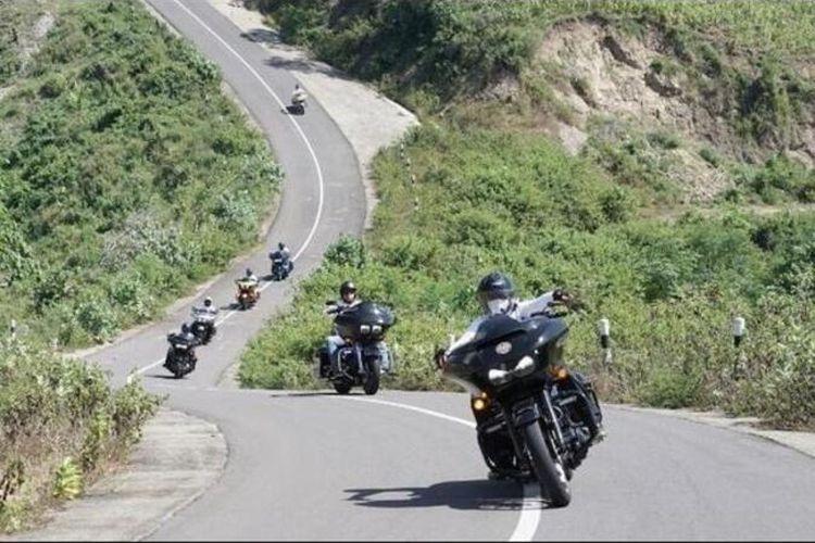 Komunitas Road GlIde Owner Group RGOG menjajal jalur kawasan Sekotong Lombok Barat menuju Selong Belanak Lombok Tengah dan berhenti di Kuta Mandalika Lombok Tengah. 17 orang mengunakan Moge Harley Davidson tertinggi di kelas Moge seharga 1,4 hingga 1,9 Milyar.
