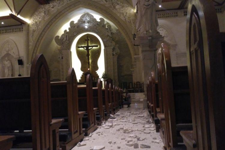 Reruntuhan ornamen gereja Katedral Denpasar akibat guncangan gempa