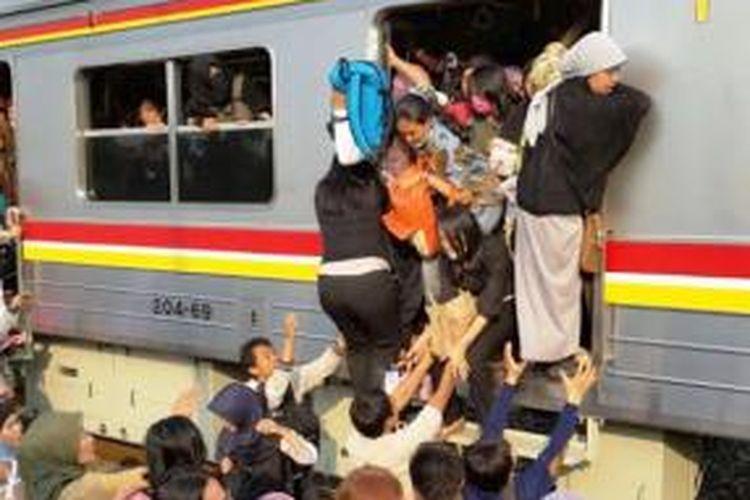 Penumpang komuter line rute Serpong-Tanah Abang, Senin (27/10/2014), mengalami peristiwa mencekam di tengah perjalanan, tepatnya saat berada di kawasan TPU Tanah Kusir, Jakarta Selatan.