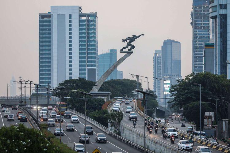 Kendaraan melintas di jalan tol di kawasan Cawang, Jakarta Selatan, Sabtu (3/10/2020). Pembatasan sosial berskala besar (PSBB) di Jakarta untuk mengendalikan penularan Covid-19 telah memasuki pekan ketiga.