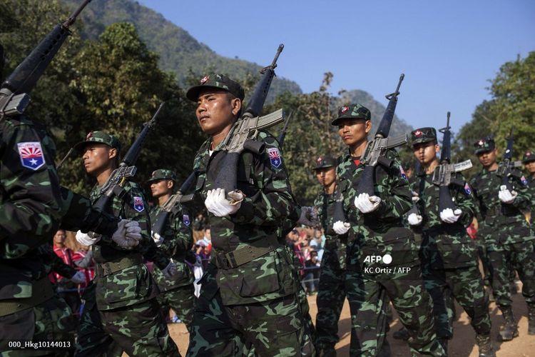 Gambar yang diambil pada tanggal 31 Januari 2015 ini menunjukkan tentara dari Brigade Ketujuh Tentara Pembebasan Nasional Karen (KNLA) yang berparade sebagai bagian dari perayaan Hari Revolusi Karen ke-66 di markas mereka di negara bagian Kachin, Myanmar. KNLA adalah sayap bersenjata dari Serikat Nasional Karen (KNU) dan diyakini memiliki antara 3.000 hingga 5.000 milisi aktif di barisannya.