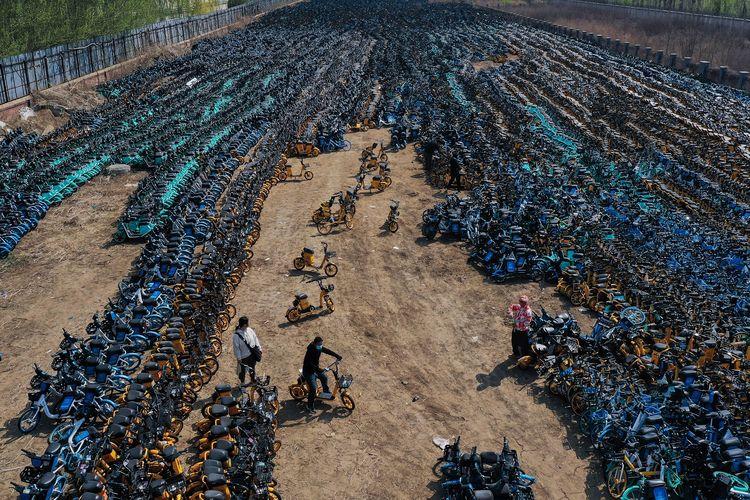 Foto aerial tertanggal 19 April 2021 menunjukkan kuburan sepeda China di Shenyang, provinsi Liaoning.