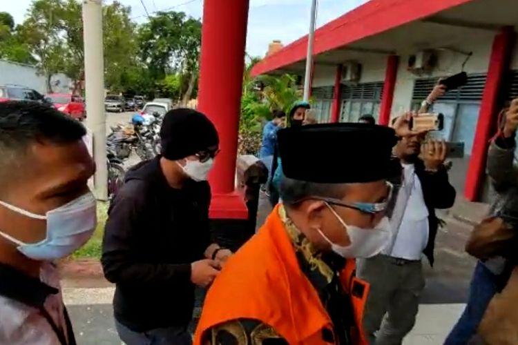 Bupati Muara Enim non aktif Juarsah menggunakan rompi tahanan KPK saat tiba di Rutan Pakjo Palembang, Rabu (21/7/2021).