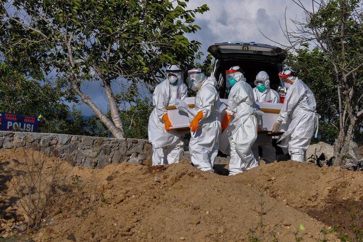 Sejumlah petugas mengangkat peti jenazah seorang Pasien Dalam Pengawasan (PDP) COVID-19 dari kendaraan untuk dimakamkan di Tempat Pemakaman Umum (TPU) Poboya, Palu, Sulawesi Tengah, Senin (11/5/2020). PDP berusia 56 tahun itu meninggal dunia dalam perawatan di Rumah Sakit Undata Palu. Data Gugus Tugas COVID-19 Sulteng per 11 Mei 2020, jumlah kasus positif COVID-19 sebanyak 83 orang, PDP 31 orang, 3 meninggal dunia, dan 13 orang dinyatakan sembuh. ANTARAFOTO/Eddy Djunaedi/bmz/hp.