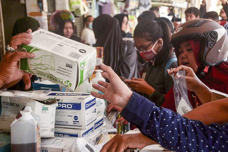 Sejumlah warga membeli masker di pasar proyek Bekasi, Jawa Barat, Senin (2/3/2020). Menurut pedagang permintaan serta harga masker dan cairan pembersih tangan (hand sanitizer) meningkat 1000 persen, usai Presiden Joko Widodo mengumumkan dua warga Depok positif terinfeksi virus corona.