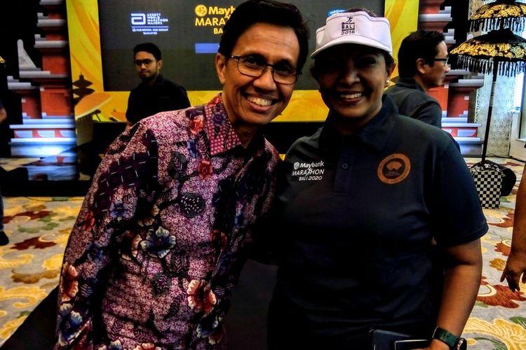 Sekretaris Jenderal Persatuan Atletik Seluruh Indonesia (PASI) Tigor Tanjung (kiri) dan Direktur Keuangan Maybank Indonesia Thila Nadason (kanan) pada konferensi pers Maybank Marathon 2020 di Jakarta, Rabu (5/2/2020).