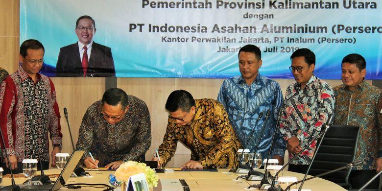 Direktur Pelaksana Inalum Oggy A. Kosasih dan Gubernur Kalimantan Utara Irianto Lambrie menandatangani nota kesepakatan tentang Proyek Pembangunan Klaster Industri Aluminium Provinsi Kalimantan Utara, di Gedung Energy, Jakarta, Senin (15/7/2019).