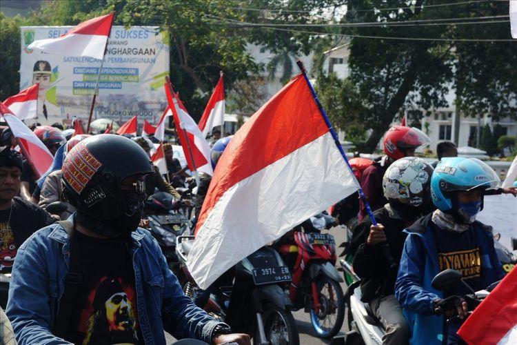 Ratusan komunitas yang tergabung dalam Forum Jalanan untuk Bangsa menggelar kirab merah putih, mulai dari Rengasdengklok hingga Stadion Singaperbangsa Karawang, Jumat (3/8/2019). Kirab ini diselenggarakan dalam rangka memperingati HUT RI ke-74.