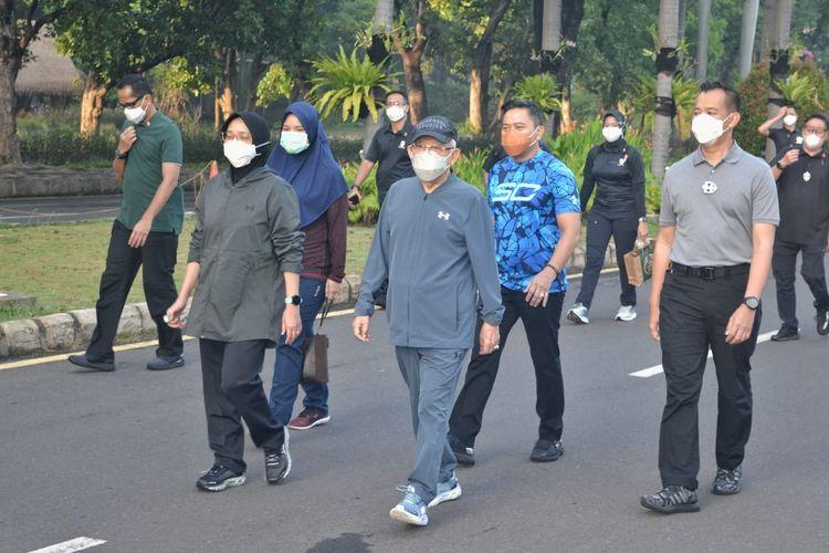 Wakil Presiden Maruf Amin dan istrinya, Wury Maruf Amin beserta rombongan berjalan santai di kawasan Ancol, Jakarta, Rabu (28/10/2020).