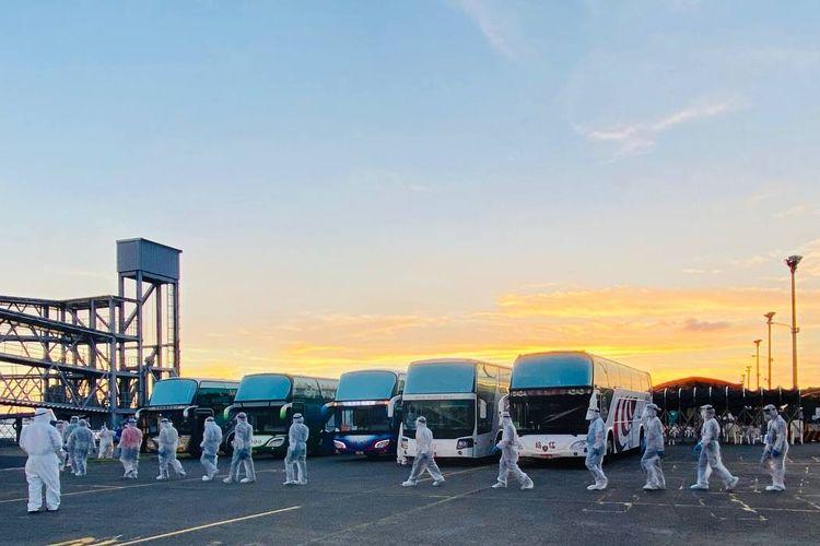 ABK Indonesia mengenakan pakaian pelindung hendak naik bus ke Bandara Internasional Kaohsiung, Taiwan, pada Jumat (20/8/2021).