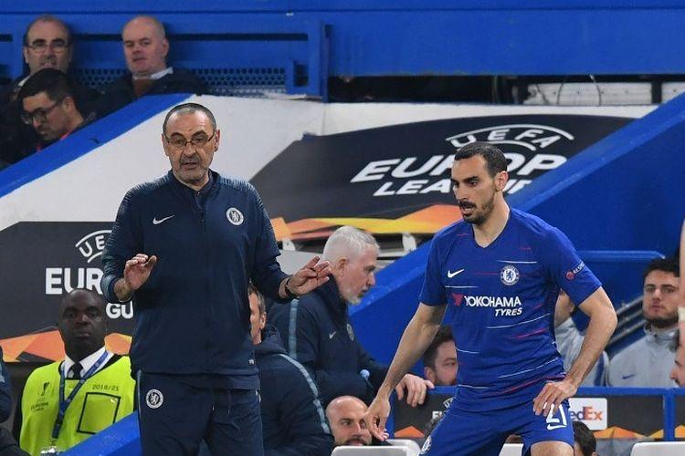 Maurizio Sarri tampak memberi instruksi kepada Davide Zappacosta pada pertandingan Chelsea vs Eintracht Frankfurt dalam semifinal Liga Europa di Stadion Stamford Bridge, 9 Mei 2019.