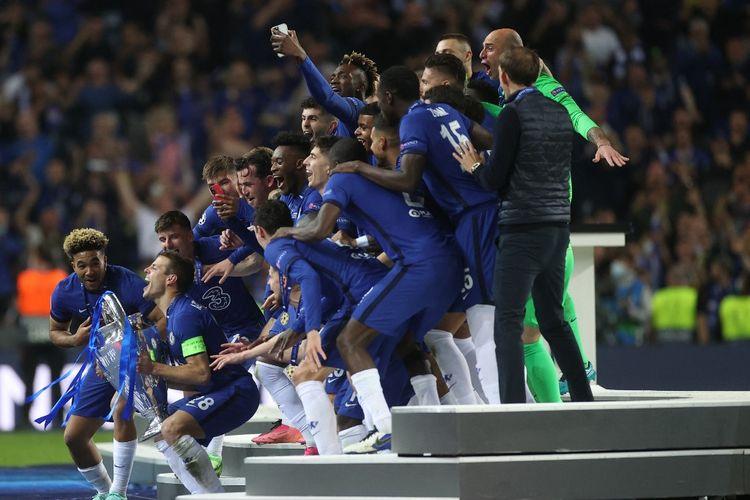Para pemain Chelsea bersiap mengangkat trofi Liga Champions setelah mengalahkan Manchester City di partai final yang berlangsung di Stadion Dragao, Porto, pada Minggu (30/5/2021) dini hari WIB.
