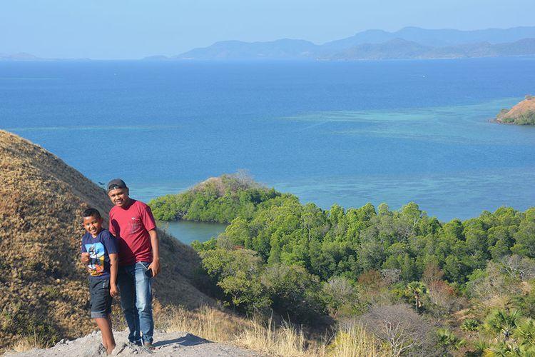 Pemandang alam di pantai utara diabadikan dari kawasan bukit cinta di Labuan Bajo, Ibukota Kabupaten Manggarai Barat, Flores, NTT, Jumat (26/7/2019). Gundukan bukit kecil ini menjadi tempat berswafoto dan menikmati matahari terbenam di laut Labuan Bajo oleh wisatawan.